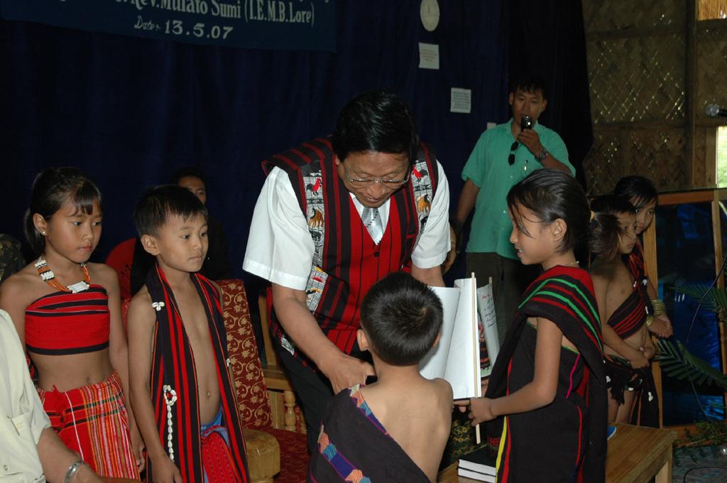ato-kilonser-with-children